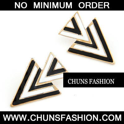 Black Consist Triangle Charm Stud Earring