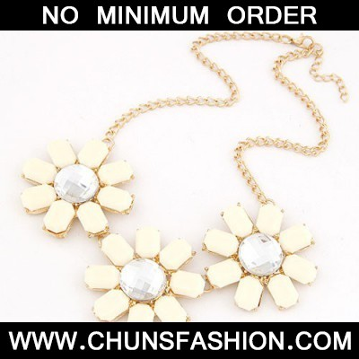 White Three Rich Flower Necklace