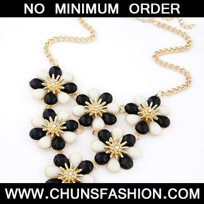 Black & White Flower Shape Necklace