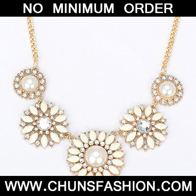 beige diamond flower Necklace