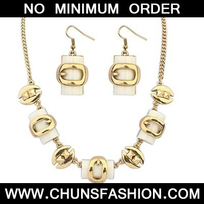 Beige Metal Box Shape Jewelry Set