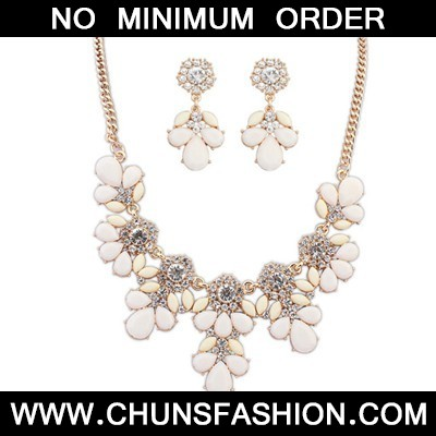 beige gemsotne petal Jewelry Set